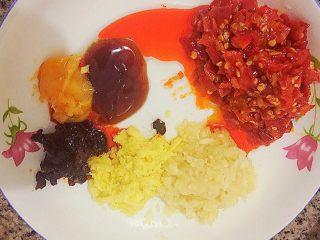 剁椒鱼头,图中分别是一勺猪油、一勺蚝油、蒜蓉和姜蓉、三勺剁椒、一勺豆豉。