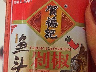 剁椒鱼头,剁椒如图这种,用瓷勺盛三勺到一个空碗或者盘子里