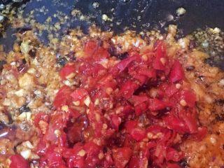 剁椒鱼头,加入蚝油和剁椒炒香后出锅备用!
