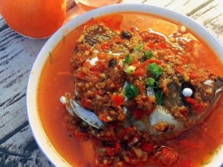 剁椒鱼头,出锅后,另起锅烧一点儿油淋上即可食用。如图可见,我没加小米辣