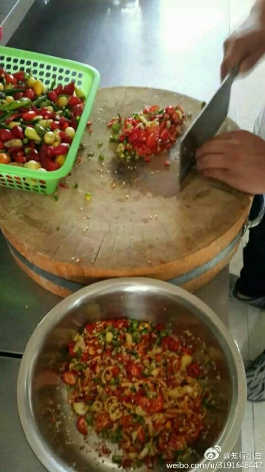 秘制五彩辣椒酱,洗净,控干水切碎