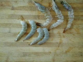 虾仁蒸蛋羹,虾解冻后,去头,剥出虾仁,挑出腹部和背部的虾线和虾肠。(其实,鲜虾稍微冷冻一会儿会比较容易剥壳)