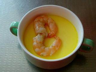 虾仁蒸蛋羹,虾仁熟了就可以取出来了,看,蛋羹表面平滑如镜。