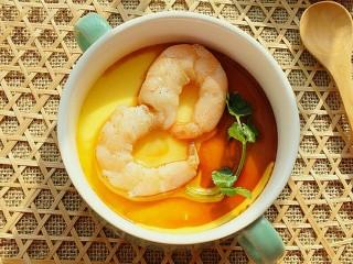 虾仁蒸蛋羹,放一片香菜做点缀,淋适量生抽和香油。