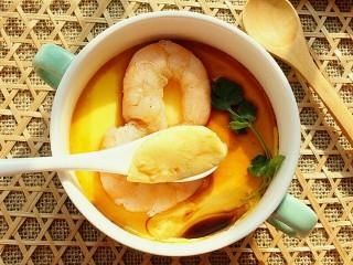 虾仁蒸蛋羹,用勺子挖出一勺来,里面也是很光滑很嫩,跟豆腐脑儿一样。