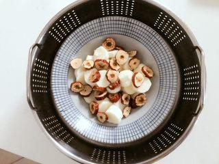 宝宝辅食:蒸山药红枣-12M ,放入蒸锅,蒸25分钟左右,蒸的时间需要根据山药厚薄和火力大小调整哈,小宝贝吃口感要蒸软一点。