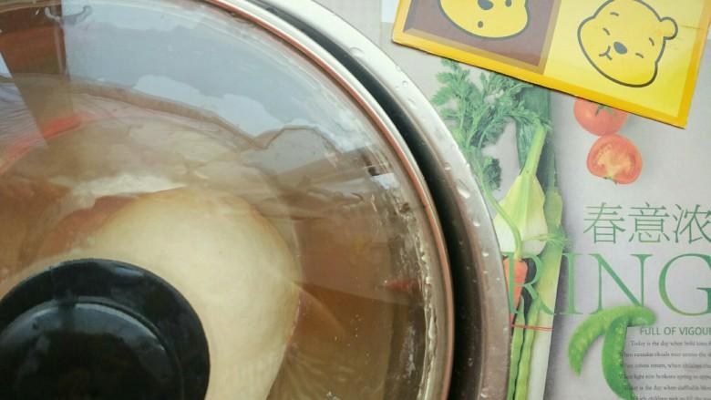 鸡仔包,把面团和到光润了,就可以准备小半盆温水,开始发面了 把面盆放在温水盆里面,可以增快发面的速度,在冬天很适用的呢