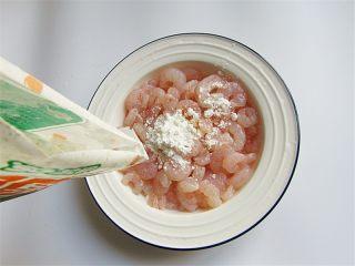 腰果炒虾仁,再清洗一下,控去水分加干淀粉;