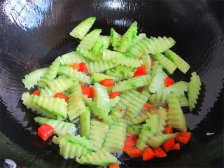 腰果炒虾仁,另起锅加几滴油,放入红彩椒和黄瓜爆炒30秒;