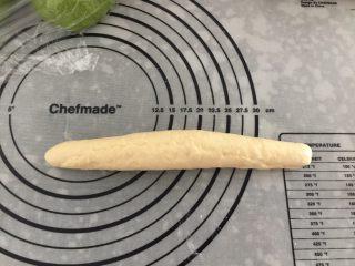 麦穗椰蓉面包,卷好收口捏紧