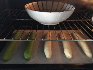 麦穗椰蓉面包,烤箱启动发酵程序,55分钟(放一碗热水)。