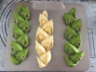 麦穗椰蓉面包,准备一支锋利的剪刀,斜斜的剪出麦穂的样子(如图)