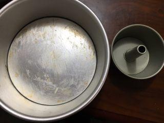 花朵中种面包,这时拿一个8寸的蛋糕模具抹上黄油防粘,再找一个4寸的蛋糕模具