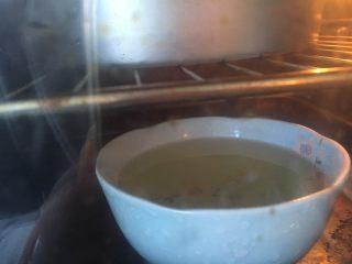 花朵中种面包,烤箱放碗开水,开发酵功能发酵50分钟