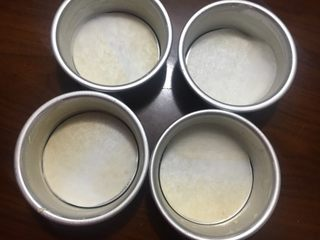 小巨蛋中种面包,利用空档在模具里抹上黄油防粘