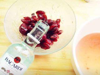 蔓越莓磅蛋糕,蔓越莓干用热水清洗一遍,然后再用开水泡20分钟,沥干水份加入朗姆酒。