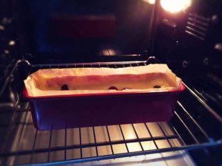 蔓越莓磅蛋糕,拌好的面糊倒入模具中抹平表面,放入预热烤箱180度烘烤45分钟。