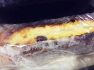 蔓越莓磅蛋糕,烤好的磅蛋糕趁热刷糖水,然后用保鲜袋包裹,室温晾凉后放入冰箱冷藏保存隔夜后再吃,或三天后食用更佳。