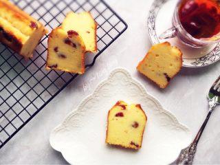 蔓越莓磅蛋糕,切块的磅蛋糕,配一杯红茶,就是非常美味的下午茶呢!