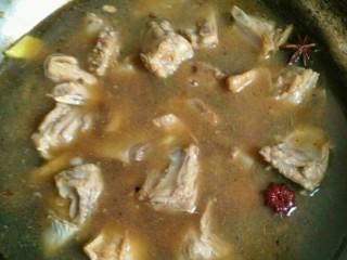 香焖羊排,加入足够的热水,沒过羊排,小火炖煮,也可以用高压锅,肉质更软嫩哦