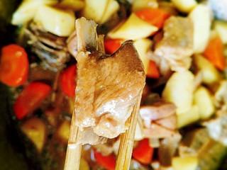 香焖羊排,炖煮至汤汁浓稠时,里面的山药也差不多软糯了,即可出锅啦,时间差不多10分钟,中小火