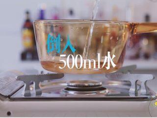 梨漫香汁&橙香满园&苹果乐园,往锅里倒入500ml水,加入雪梨加热