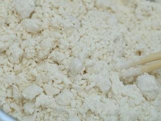 糯米烧卖,将开水缓慢倒入面粉,一边倒一边用筷子搅拌,直至成絮状。