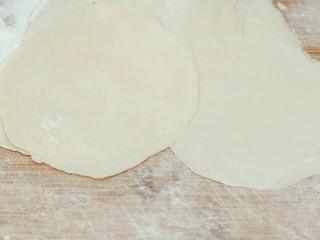 糯米烧卖,将醒好的面擀成直径为10公分左右的皮。