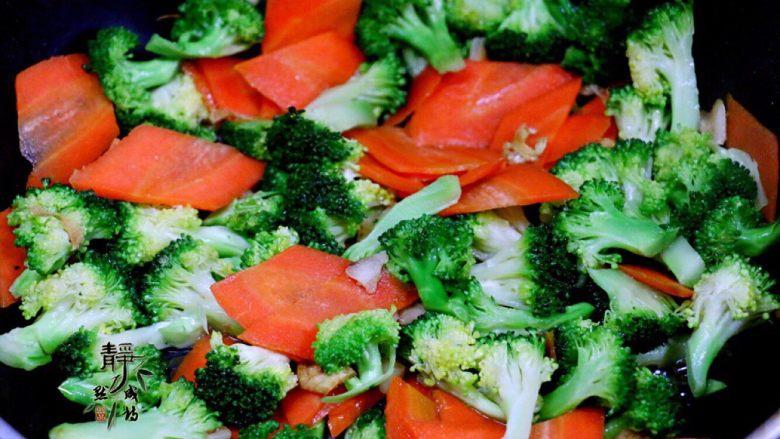 胡萝卜炒西兰花,转中火,不断翻炒。