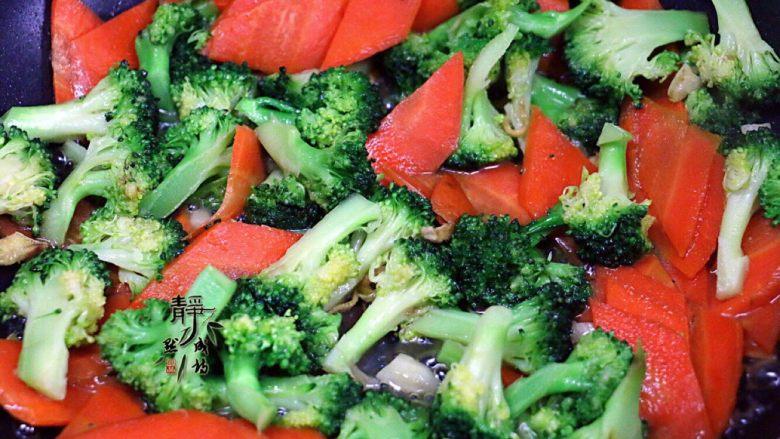 胡萝卜炒西兰花,炒至西兰花变成深绿色而且微发软。