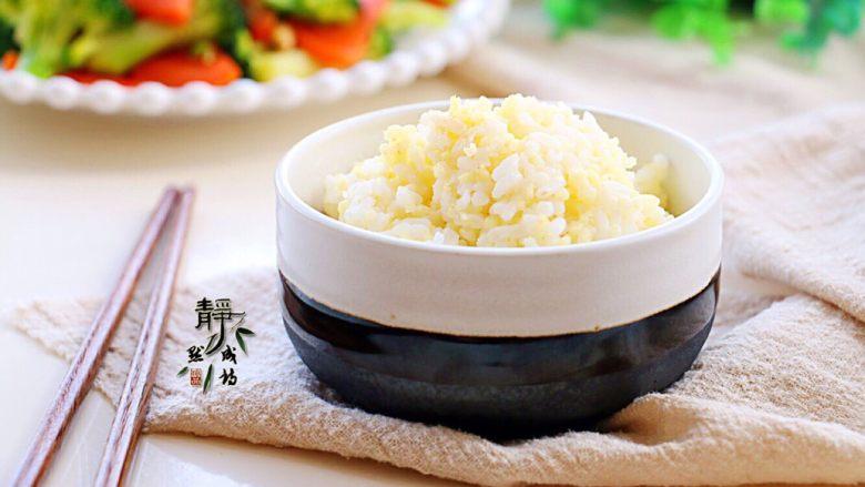 胡萝卜炒西兰花,配上一小碗两米饭,美美地开动!