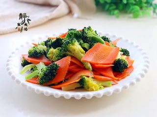 胡萝卜炒西兰花,特别的清淡,但又不失清香。