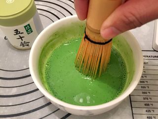 抺茶戚风蛋糕,牛奶加至温热,加入抹茶粉,用茶筅拌匀