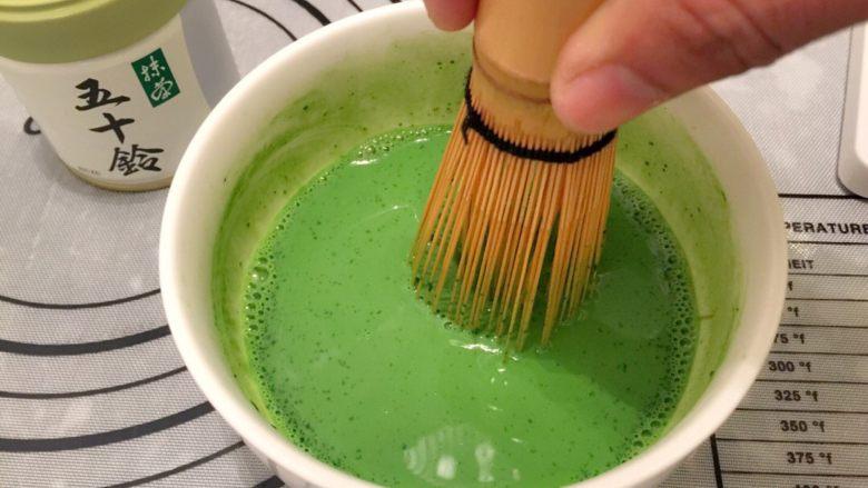 抺茶戚风蛋糕,<a style='color:red;display:inline-block;' href='/shicai/ 219'>牛奶</a>加至温热,加入抹茶粉,用茶筅拌匀