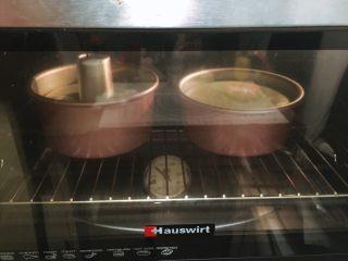 抺茶戚风蛋糕,烤箱预热150度上下火中下层45分钟(视自己烤箱温度调整)