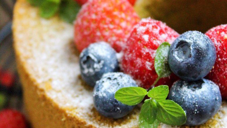 抺茶戚风蛋糕,随意放上自己喜欢的水果,筛上防潮糖粉装饰