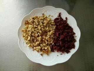 蔓越莓核桃软欧,烤香的核桃仁和蔓越莓一起切碎