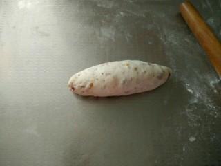 蔓越莓核桃软欧,翻面后压薄底边,卷起来,整成橄榄形