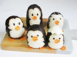 可爱的企鹅饭团,把嘴巴眼睛瞪贴上