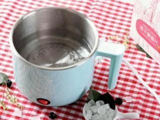小伙伴们赞不绝口的冰糖玫瑰草莓炖, 煮锅内放入水500ml,煮开;