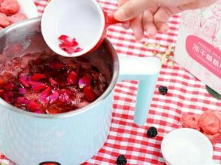 小伙伴们赞不绝口的冰糖玫瑰草莓炖,将新鲜玫瑰花瓣用手撕成小块,放入锅内,搅拌均匀,再煮5分钟;
