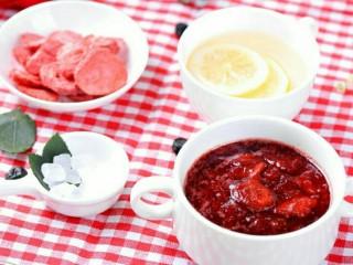 小伙伴们赞不绝口的冰糖玫瑰草莓炖,关火,放凉后即可食用;