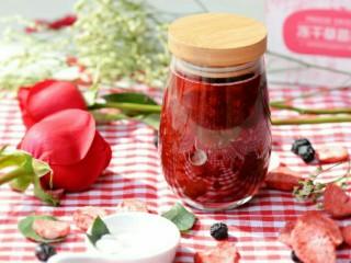 小伙伴们赞不绝口的冰糖玫瑰草莓炖,可放入密封的瓶子内,冷藏保存