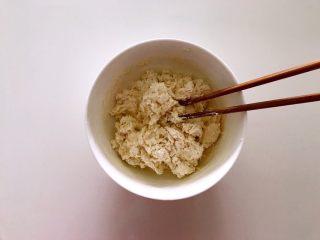 无水向日葵馒头,吃一口记一辈子,用筷子搅拌成絮状。