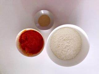 无水向日葵馒头,吃一口记一辈子,南瓜去皮蒸熟压成泥,准备好食材。