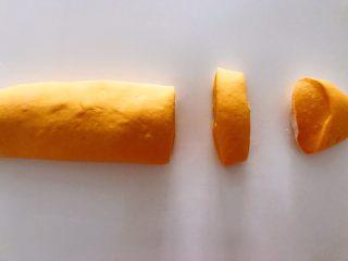 无水向日葵馒头,吃一口记一辈子,2个小时左右,面团发酵至2倍大,用手扒开面团成蜂窝状,就发好了。把发酵的面团揉实,排出空气,搓成像这样的长条,分割成自己需要的大小。