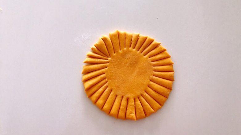 无水向日葵馒头,吃一口记一辈子,在黄圆饼的周围用刀切成长宽一样的条,条最好是三的倍数。