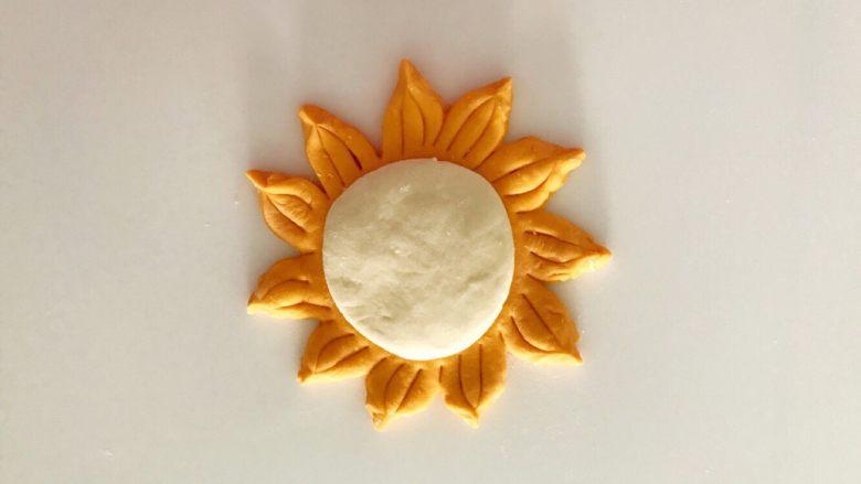 无水向日葵馒头,吃一口记一辈子,白面剂子擀成1CM厚的面饼,黄面饼中间圆形的地方摸一层水,把白面饼放在黄面饼中间。