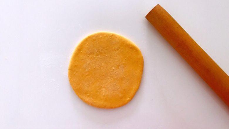 无水向日葵馒头,吃一口记一辈子,把南瓜面剂子擀成0.3CM厚的圆饼。
