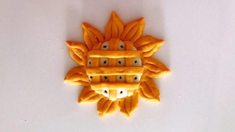 无水向日葵馒头,吃一口记一辈子,拿牙签沾水,沾一个黑芝麻点在每个方格里。